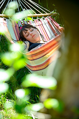 Young woman sleeping in hammock - p427m2203624 by Ralf Mohr