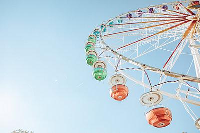 Big wheel against blue sky - p713m2289622 by Florian Kresse