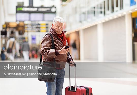 Mature man on train station - p312m1498973 by Susanne Kronholm
