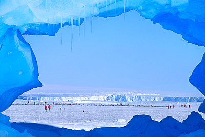 Tourists visiting emperor penguin colony, Weddell Sea, Antarctica - p1100m875271 by Frans Lanting