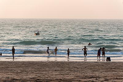 Urlauber am Strand  - p1437m1584892 von Achim Bunz