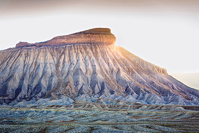USA, Colorado, Mesa County, Town Of Palisade, Mount Garfield, A Distinctive Sandstone Promomontory Along The Book Cliffs Mountain Range In Western Colorado, - p651m2062181 by John Coletti photography