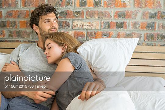 Paar im Bett - p1156m2015738 von miep