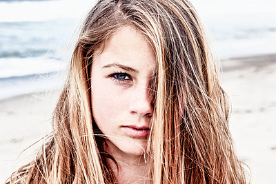 portrait of a teenager looking at the camera - p1014m1443041 by Virginie Miramon