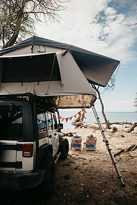 Rear view of friends relaxing by jeep at beach USA, Hawaii, Maui - p300m2198572 by letizia haessig photography