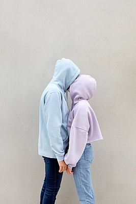 Couple kissing each other while standing by wall - p300m2277438 by Petra Stockhausen