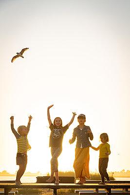 Four children at the picnic area - p756m2125025 by Bénédicte Lassalle