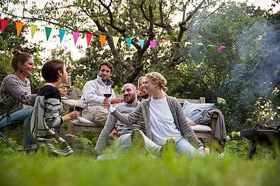 Freunde feiern eine Gartenparty - p788m1165278 von Lisa Krechting