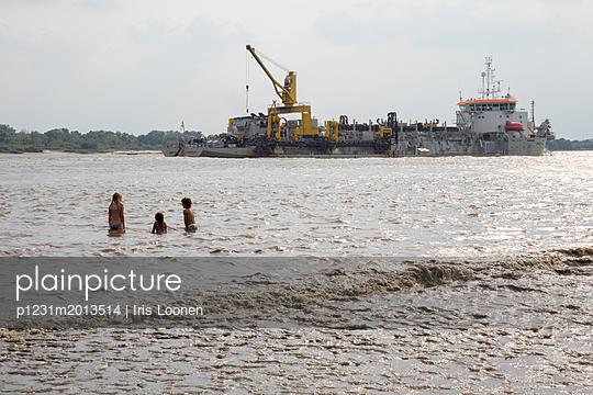 Kinder in der Elbe mit großem Schiff im Hintergrund - p1231m2013514 von Iris Loonen
