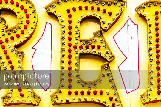 Jahrmarkt, Leuchtreklame - p1523m2071450 von Nic Fey