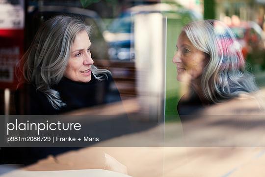 Treffen im Café - p981m2086729 von Franke + Mans