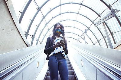 businesswoman in london, uk - p300m2241618 von Pete Muller