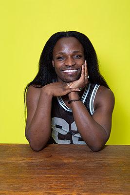Afrikanischer Mann, Portrait - p817m2203239 von Daniel K Schweitzer