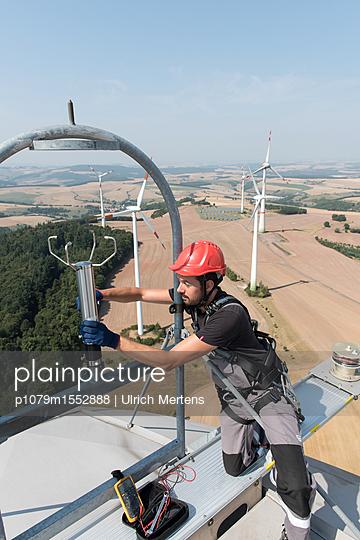 Windkraftmonteur bei der Arbeit im Windpark - p1079m1552888 von Ulrich Mertens
