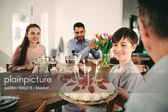 plainpicture - plainpicture p426m1580215 - Boy looking at birthday cak... - plainpicture/Maskot