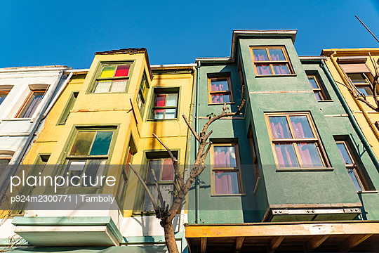 Turkey, Istanbul, Low angle view of houses in Balat district - p924m2300771 by Tamboly