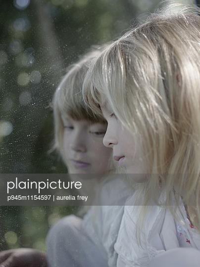 Spiegelbild eines blonden Mädchens - p945m1154597 von aurelia frey