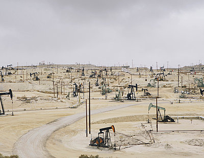 Oil rigs and wells in the Midway-Sunset shale oil fields, the largest in California - p1100m876703f by Paul Edmondson