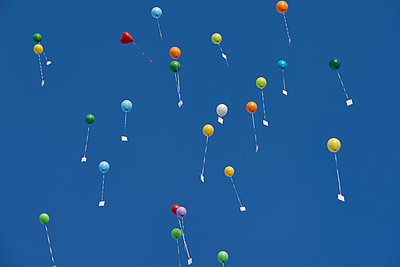 Balloons with greeting cards - p133m1137492 by Martin Sigmund