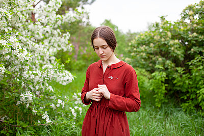 Young woman in old-fashioned red dress, portrait - p1646m2264055 by Slava Chistyakov