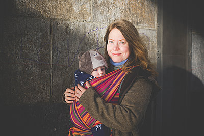 Mother carrying her baby boy in a sling - p300m2114361 by Irina Heß