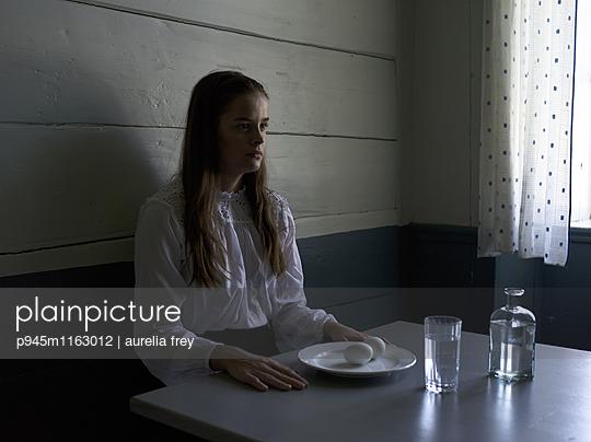 Teenager sitzt am Frühstückstisch - p945m1163012 von aurelia frey