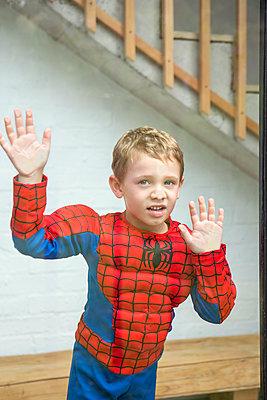 kleiner Junge hinter Fensterscheibe - p1156m1585866 von miep