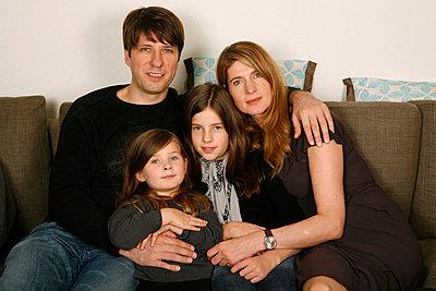 Familienportrait - p1650833 von Andrea Schoenrock