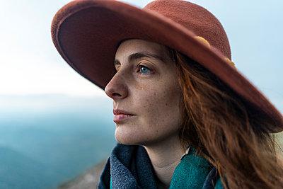 Portrait of a woman, wearing red hat - p300m2079025 von VITTA GALLERY
