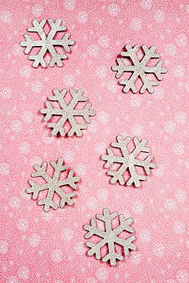 Silberne Schneeflocken aus Papier - p451m2141474 von Anja Weber-Decker
