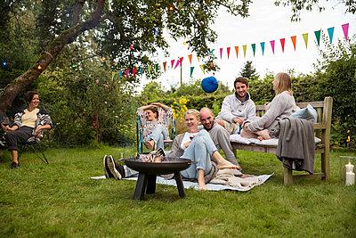 Freunde feiern eine Gartenparty - p788m1165275 von Lisa Krechting