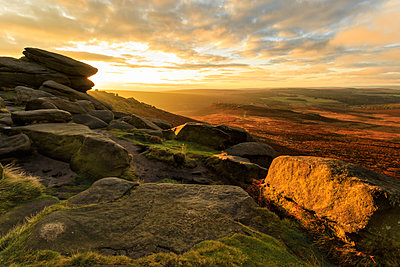Carl Wark Hill Fort and Hathersage Moor from Higger Tor, sunrise in autumn, Peak District National Park, Derbyshire, England, United Kingdom, Europe - p871m1520644 by Eleanor Scriven