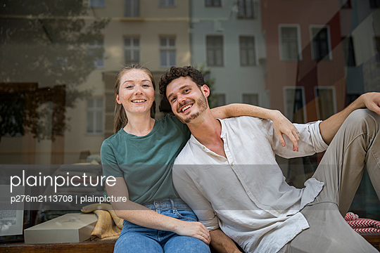 Happy couple is smiling at the camera - p276m2113708 by plainpicture