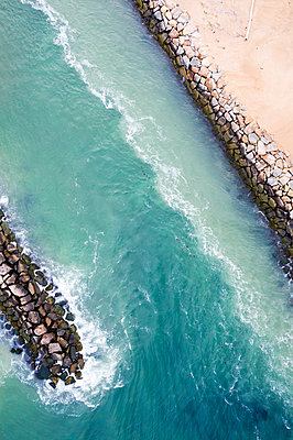 Aerial view of a jetty and beach in New England - p1166m2193783 by Cavan Images