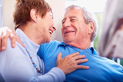 Happy senior couple embracing - p300m1188546 by zerocreatives