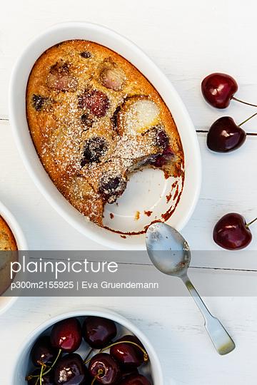 Studio, Pfirsich-Kirsch-Clafoutis (französische Süßspeise mit Obst) als glutenfreie Variante mit Mandeln und Reismehl - p300m2155925 von Eva Gruendemann