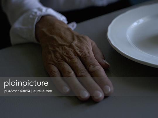 Hand einer älteren Frau - p945m1163014 von aurelia frey