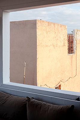 Blick aus dem Fenster - p1351m1589745 von Janine Meyer