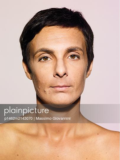 Frauenportrait - p1462m2143070 von Massimo Giovannini