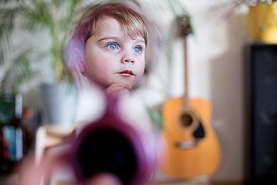 Kind im Spiegel - p1308m1332336 von felice douglas