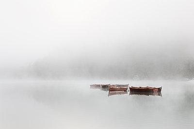 Boote bei Nebel am Pragser Wildsee - p1383m1496366 von Wolfgang Steiner