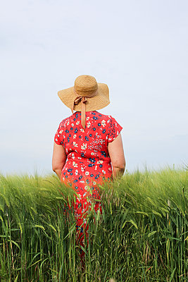 the lady with the straw hat - p1494m2093317 by Inkje Drescher