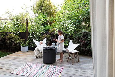 Two children on terrace - p756m2125024 by Bénédicte Lassalle