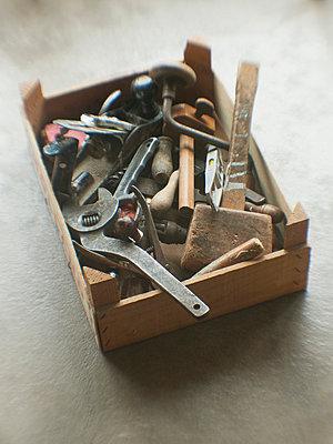 Kiste mit altem Werkzeug - p8260069 von Roy Botterell