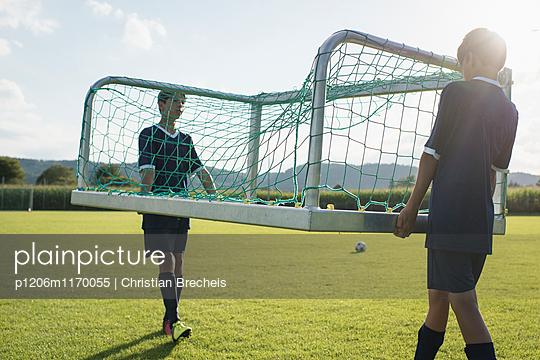Zwei Jungen tragen ein Fußballtor - p1206m1170055 von Christian Brecheis