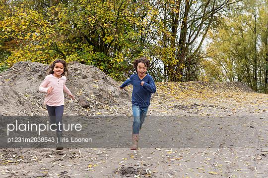 Junge und Mädchen laufen um die Wette - p1231m2038543 von Iris Loonen