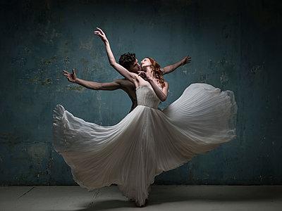 Dancing couple - p1139m2210686 by Julien Benhamou