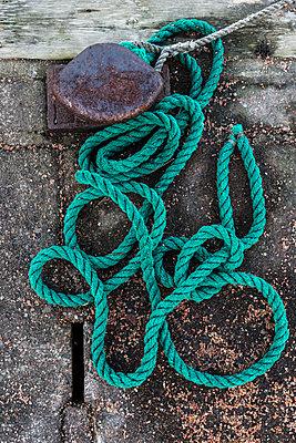 Rope near bollard - p312m2119477 by Johner