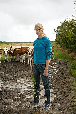 Mädchen auf einer Weide - p3800091 von Katja Zimmermann