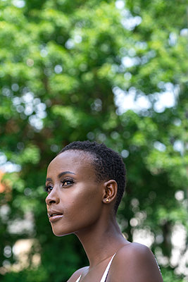Portrait of African woman - p427m1466667 by Ralf Mohr